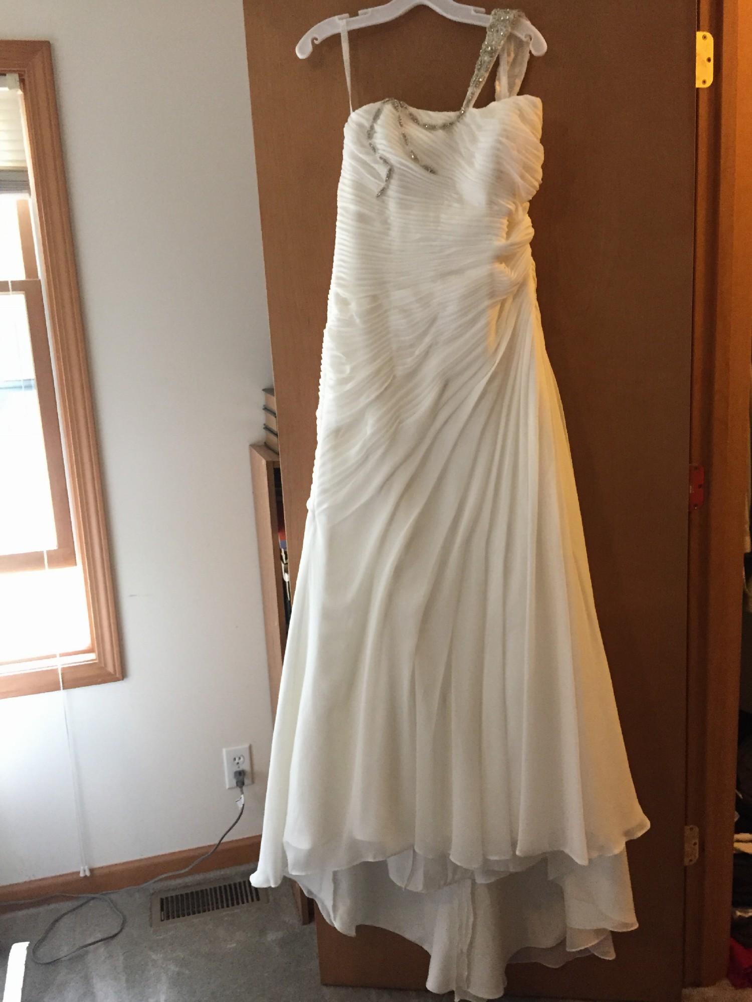 e8348a0a2b68 David's Bridal V3540 New Wedding Dress on Sale - Stillwhite
