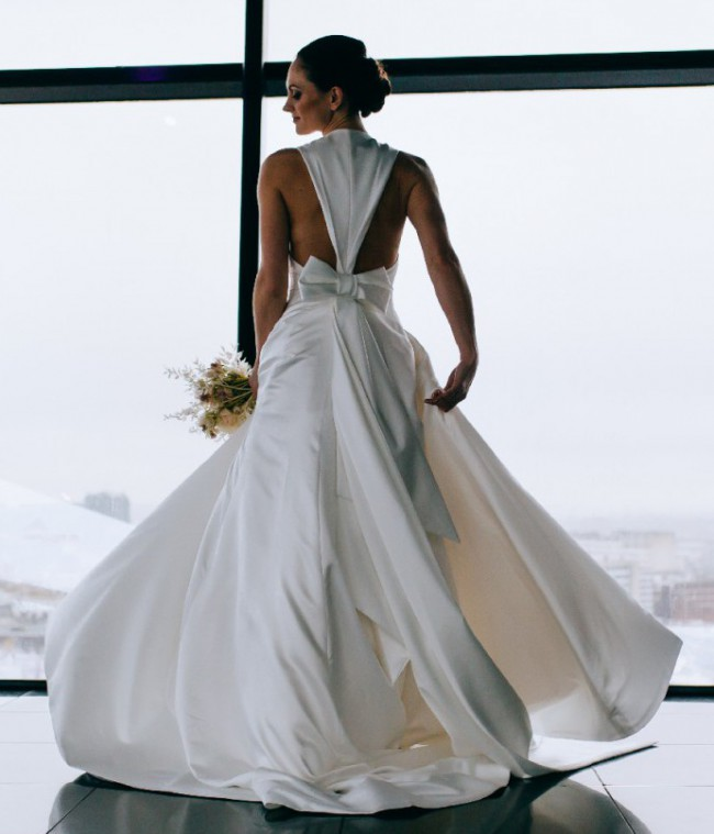 Viktor & Rolf VRM167 - Inverted V-Back Bow Gown