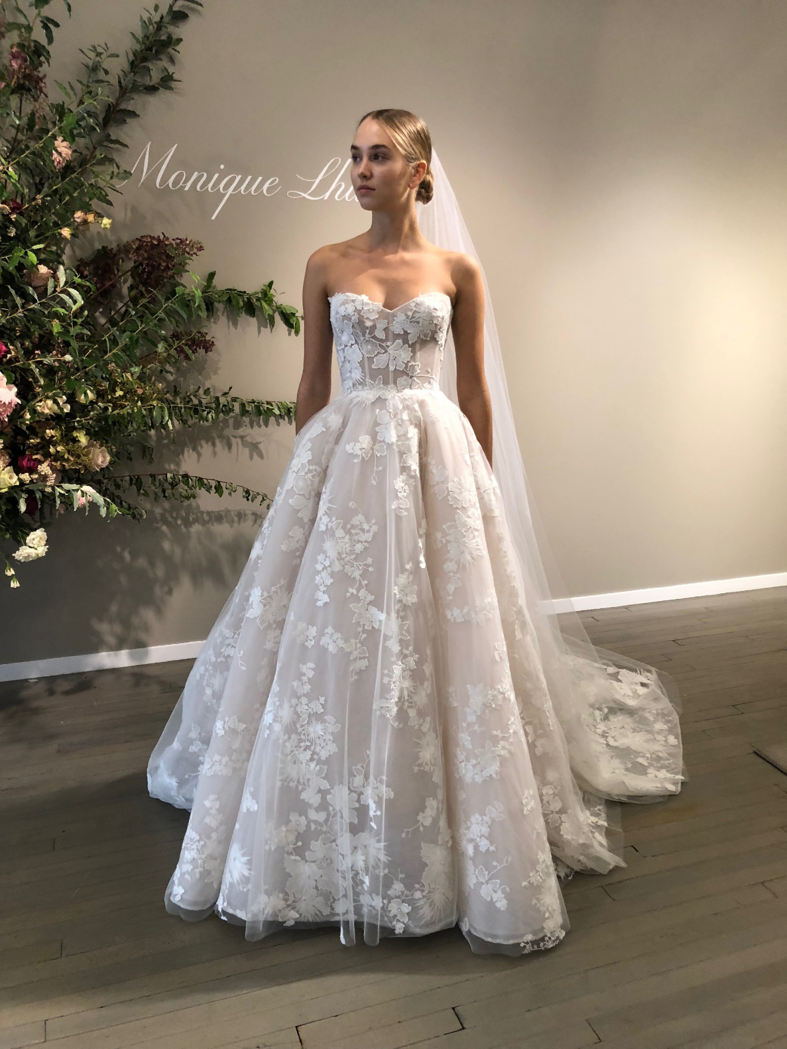 monique lhuillier easton - fall 2019 line wedding dress on sale - 20% off